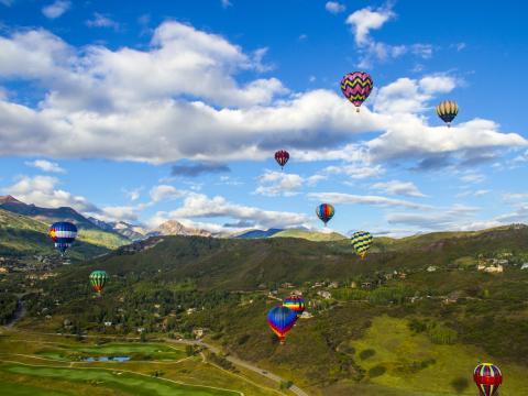 雪堆山熱氣球節中高掛天空的熱氣球