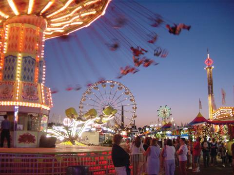 明尼蘇達州博覽會時,享受刺激遊樂設施的人們