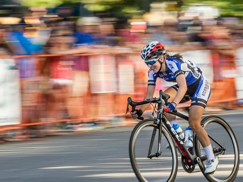 暮光限時繞圈賽中,民眾在單車騎士呼嘯而過時在場邊替他們加油