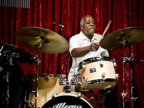 在波特蘭爵士音樂節表演的鼓手