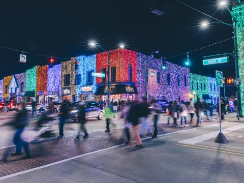 羅切斯特璀璨燈光秀的燈光照亮了大樓